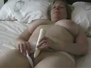 große titted reife Mutter mit einem Dildo masturbiert