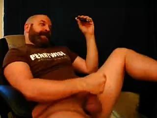 Bär Papa genießt eine Zigarre, den richtigen Weg