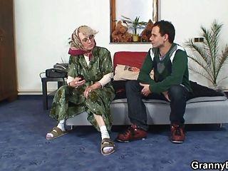 einsame Oma gefällt ein Fremder