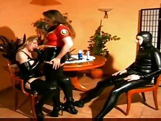 Herrin mit männlichen und weiblichen Sklaven