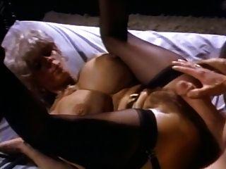 hot reifen mit schönen Titten wird von John Holmes und seinem legendären Schwanz gefickt