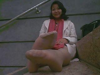 asian reifen stinkende Füße nach der Arbeit