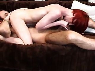 fille bandante avec ses cheveux rouges