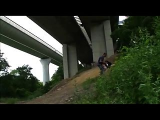 heiße Schülerin gefickt im Freien unter der Autobahn