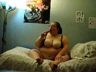 fettes Mädchen auf dem Bett masturbiert