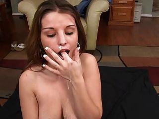 schön Amateur Blowjob und Sperma in den Mund