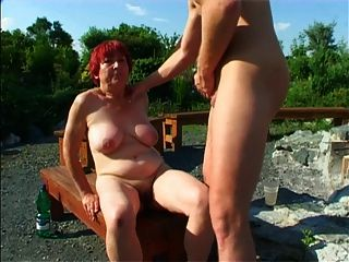 Garten Oma und jüngeren Mann 01