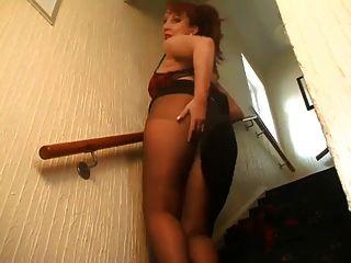 Rothaarige MILF auf der Treppe reißt ihre Strumpfhosen