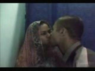 junge Desi Paar Sex in einem Internet-Café Kabine haben