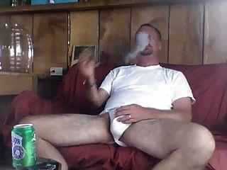 Papa raucht eine wohlverdiente Zigarre nach ficken Mutter