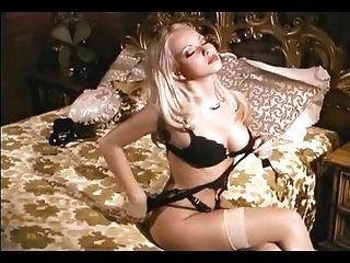 hübsche Blondine neckt in Strümpfe und Höschen