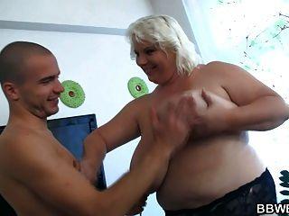 riesige Dame Streifen und lucky guy fucks