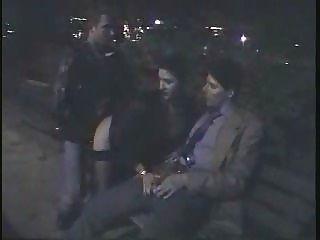 italienisches Paar und ihr Freund unter dem Eiffelturm zu tun Sex