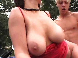 Big Titty Tramper handelt Sex für eine Fahrt