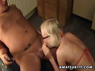blonde Amateur Freundin Spielzeug seinen Esel und gibt Kopf