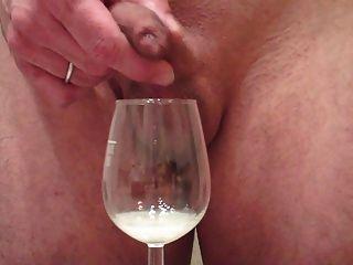 mich beim Wichsen große Last Trog Vorhaut, Sperma im Glas Wein