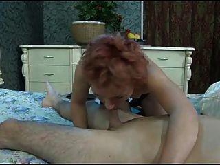 der Junge bricht den Arsch der reifen Frau.