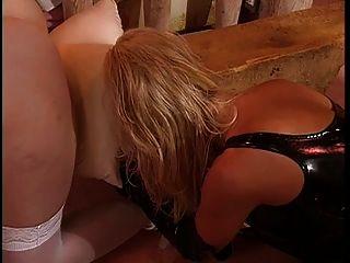 big tits, Leder lesbisch Herrin genießt mit ihrem Sklaven verkleidet