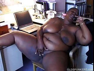 große, schöne schwarze Babe mit massiven Titten liebt es zu reden
