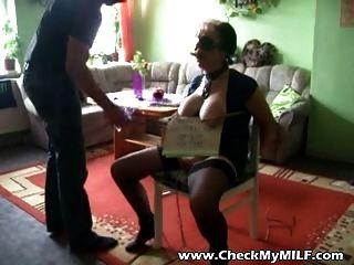 Ältere Mütter Sklave von maskierten Mann gefoltert zu werden