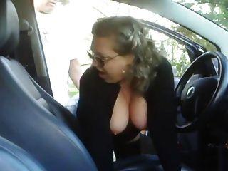reife Frau mit einem Jungen in seinem Auto verdammt