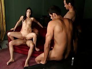 3 Mädchen lassen mehrere Jungs ihre Muschi creampie