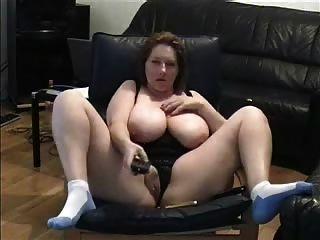 reife Dame Pussy im Wohnzimmer fingern