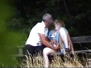 Mutter im Garten mit dem Jungen, Freund, die Spaß