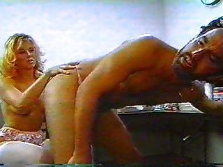 Strapon gefickt im Badezimmer