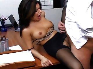 vollbusigen Sekretärin in schiere Strumpfhosen hat Büro Sex