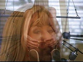 sexy blonde Schlampe streift die Turnhalle an, während ihre Übungen machen
