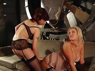 wollüstige Blondine bekommt von zwei heiße Meister bestraft ihre Brustwarzen und feuchte Muschi