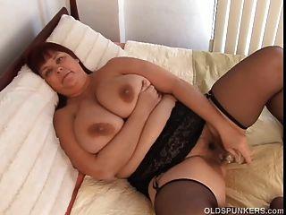 schöne vollbusige MILF in Strümpfen arbeitet saftige Pussy ihr Fett