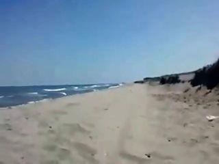 sandra weht Freund am Strand