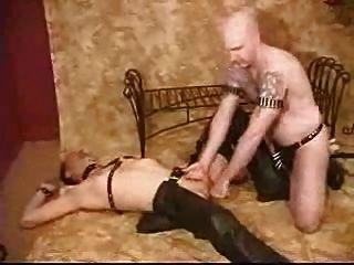Master nutzt seinen Sklaven zu seinem Vergnügen