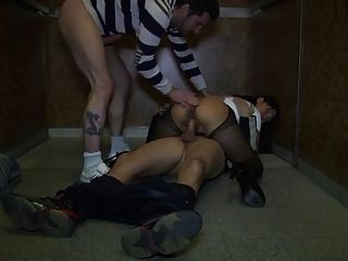 asiatische Frau gangbanged in einem Aufzug