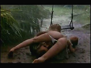 Sex-Szene in regen und Schlamm