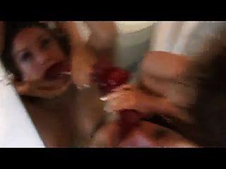 zwei verrückte Mädchen haben im Badezimmer Spaß