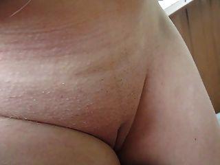 ihre Titten, Brustwarzen und Muschi im Freien zu berühren