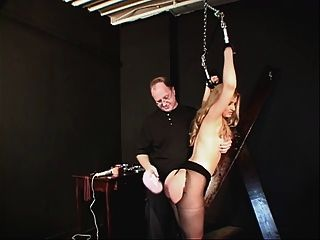 kleine Brüste hottie in einem schwarzen Kleid und Nylons gebunden und gehänselt