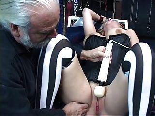 sexy, kurvige Blondine bekommt gebunden ist, hat ihre Muschi gespielt