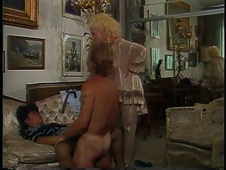 Kerl bohrt heiße vollbusige Blondine und Retro Brünette im Haus