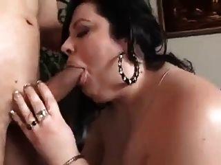 bbw Frau saugt und fickt im Wohnzimmer