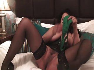 britische Schlampe Danica spielt mit sich selbst in einem grünen Baskische