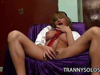 big Tit Transvestiten Kristall masturbiert