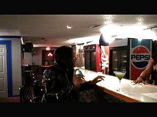 eine leere Bar und ein str8 Mann