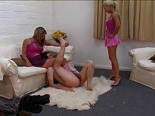 wunderschöne Blondinen ballbust Slave