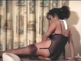 Perfekte lateinische MILF posiert sexy Dessous