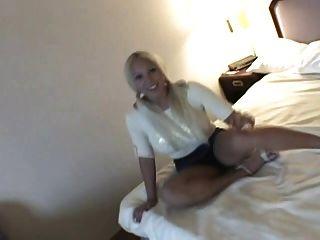 niedlich Blondie mit großen Titten masturbiert