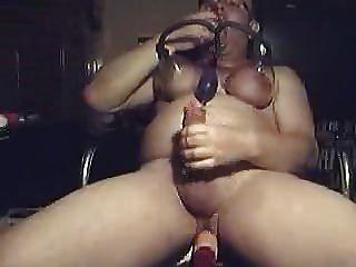 katjatv mit brustpumpe spritzt mit der gummimuschie ab